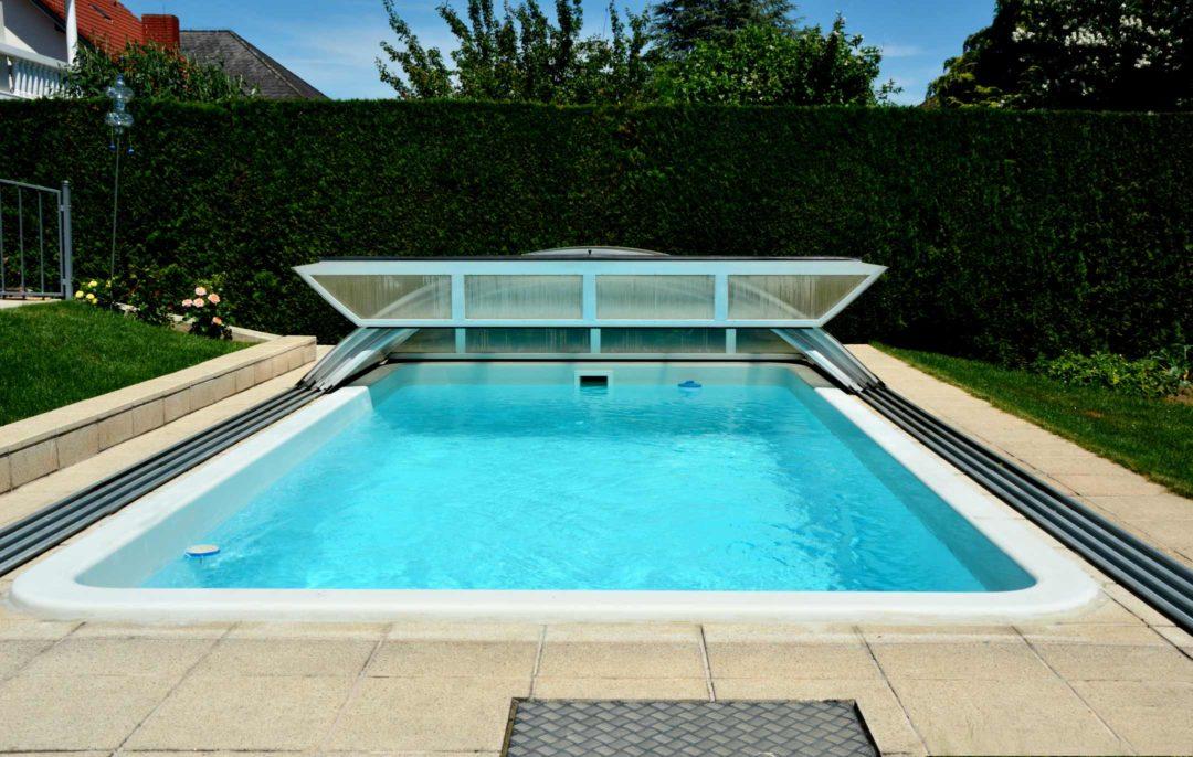 Abri de piscine amovible et coulissant dans un jardin