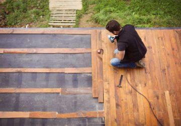 Construction d'une terrasse en bois dans un jardin
