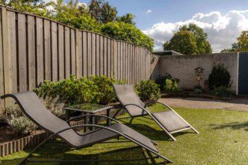Jardin séparé du voisinage par une palissade en bois