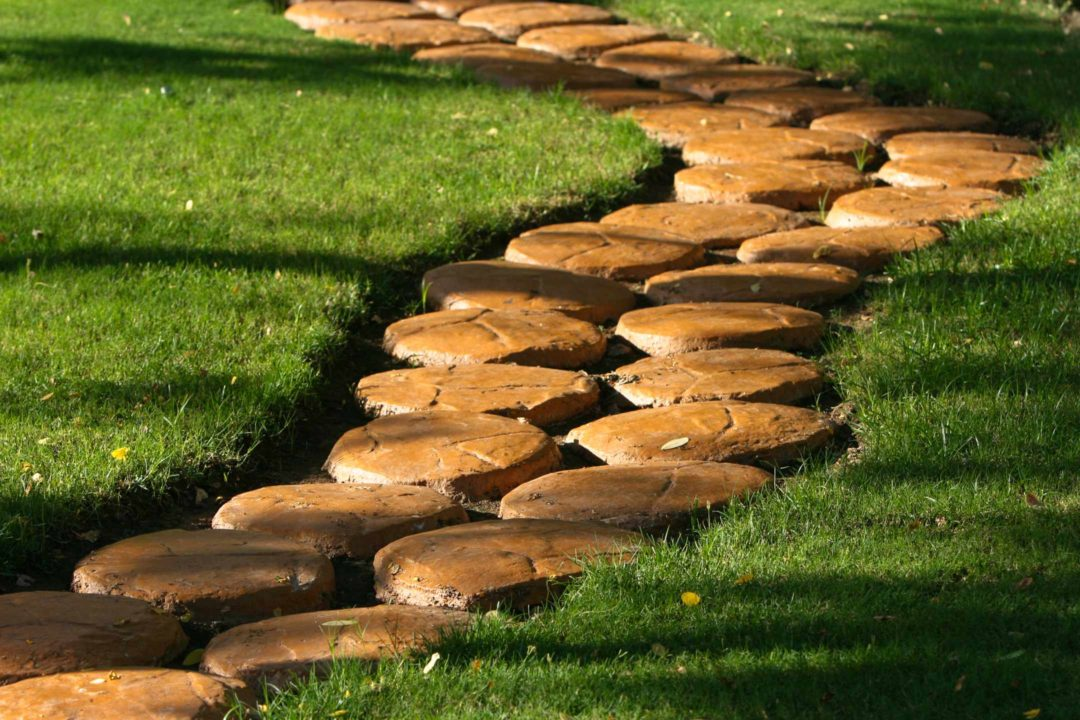 Chemin de pierre taillée pour une allée de jardin