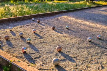 Boulodrome inséré dans un espace de verdure