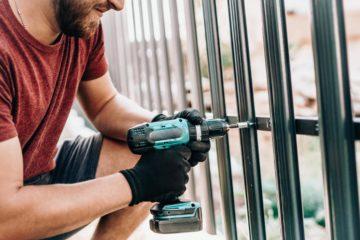 Ouvrier réalisant une clôture