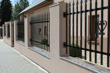 Belle clôture de maison avec fer forgé