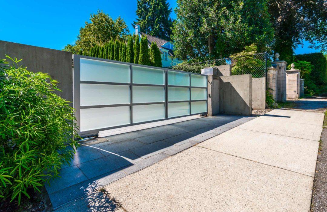 Portail moderne fermant l'accès à une maison