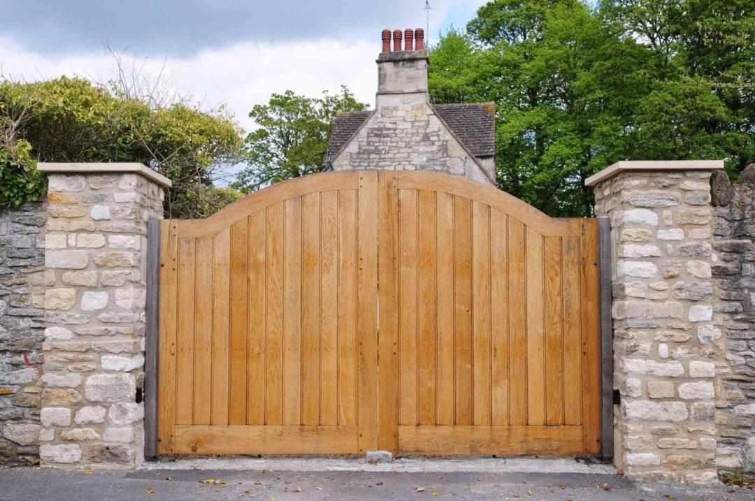 Beau portail en bois d'une propriété à la campagne