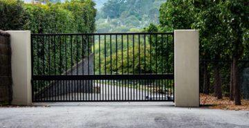 Portail moderne installé sur un terrain en pente