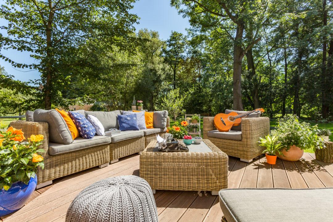 Belle terrasse en bois aménagée proche d'arbre pour amener de la fraîcheur