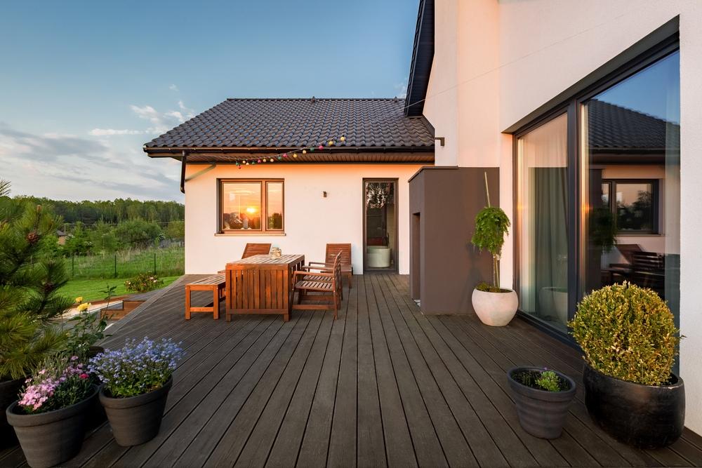 Belle terrasse aménagée dans le jardin d'une maison