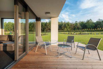 Belle terrasse en bois dans une grand jardin