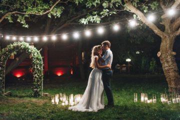 Couple dans un jardin pour le mariage
