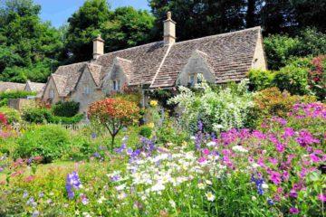 Maison de campagne entourée d'un jardin anglais