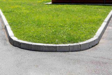 Bordure de jardin séparant une route d'une pelouse