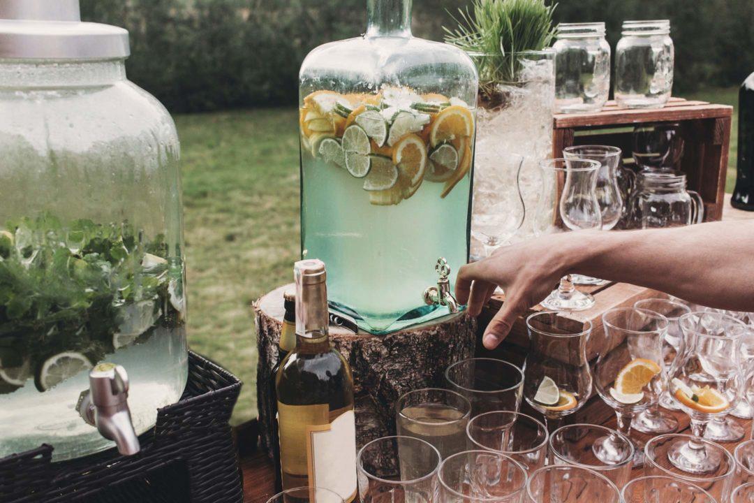 Boissons, cocktails, verres sur un bar en extérieur