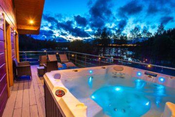 Un spa installé sur une terrasse aménagée