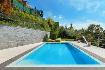 Belle piscine dans une environnement chic et calme
