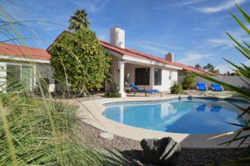 Arrière d'une maison avec une cour aménagée avec piscine