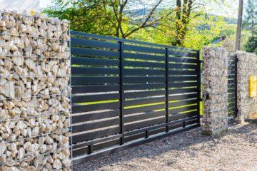 Portail moderne, clôture en mur de pierre