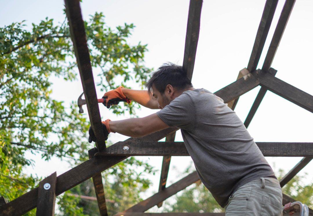 Artisan ouvrier travaillant sur la construction d'une pergola