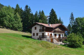 Maison sur un terrain de montagne en pente