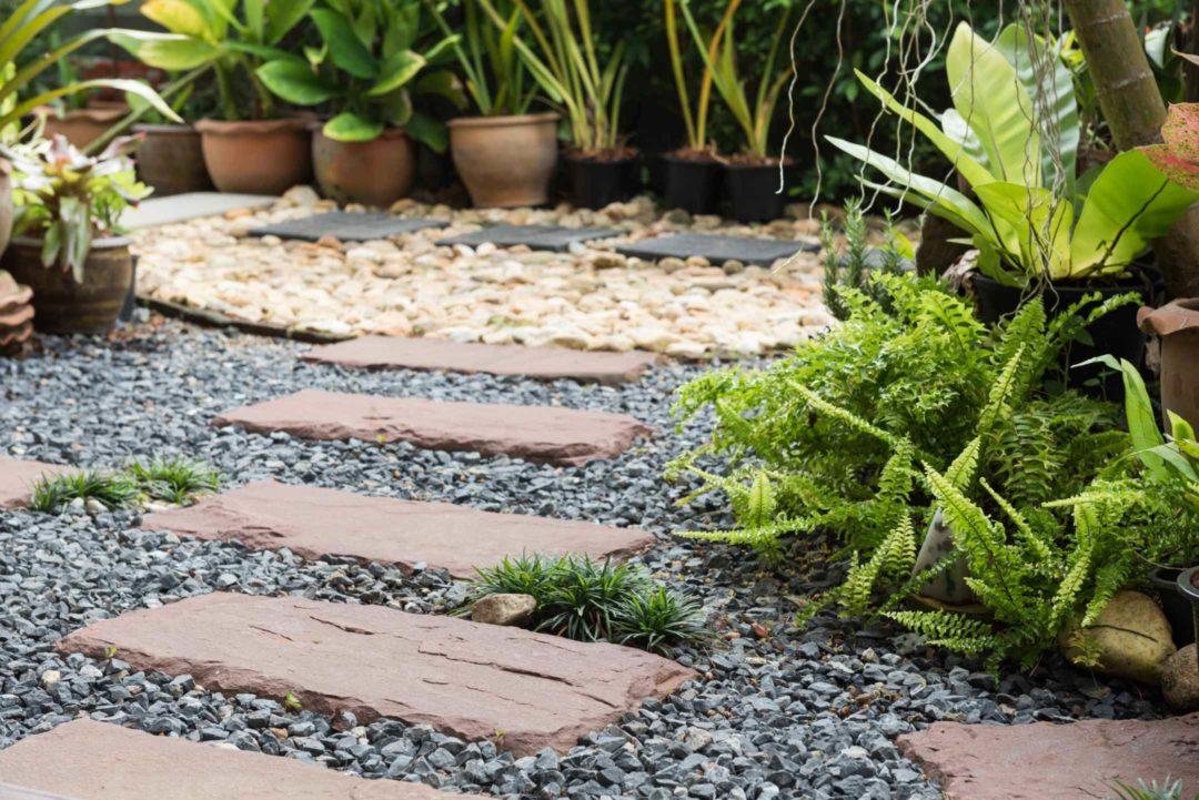 Allée de jardin composés de pierres et graviers avec chemin japonais