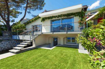 Belle maison moderne avec son jardin à l'escalier design