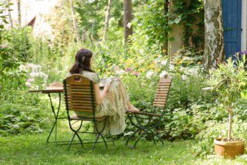 Jeune femme se relaxant dans un jardin sans entretien
