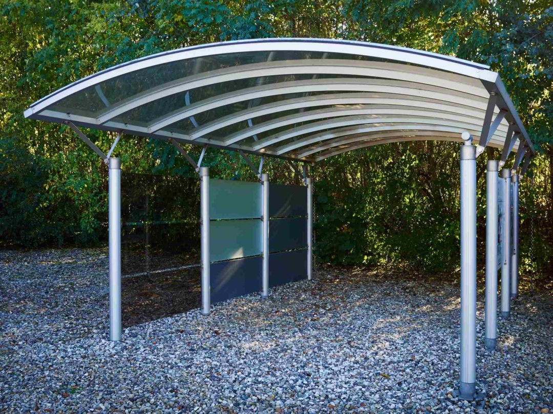 Un carport design en aluminium installé dans un espace du jardin