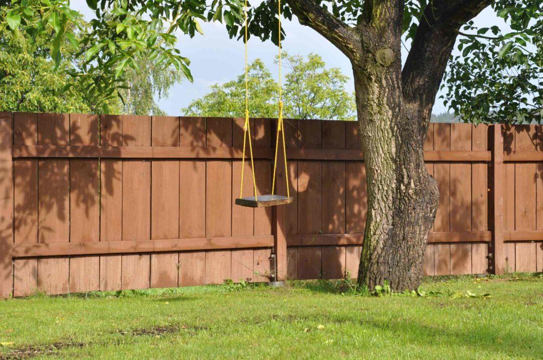 Jardin clôturé avec de larges panneaux de bois pour coupe rle vis-à-vis