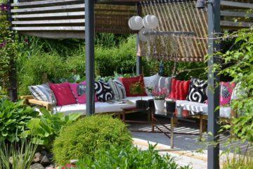 Un espace détante dans un jardin aménagée avec des plantes et de la verdure