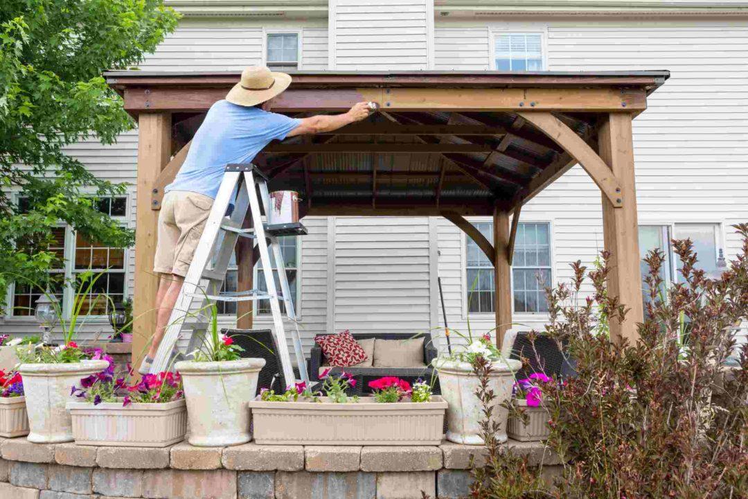Carport transformé en pergola pour un espace détente dans la cour ou le jardin
