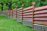 Belle clôture en bois design dans un grand jardin
