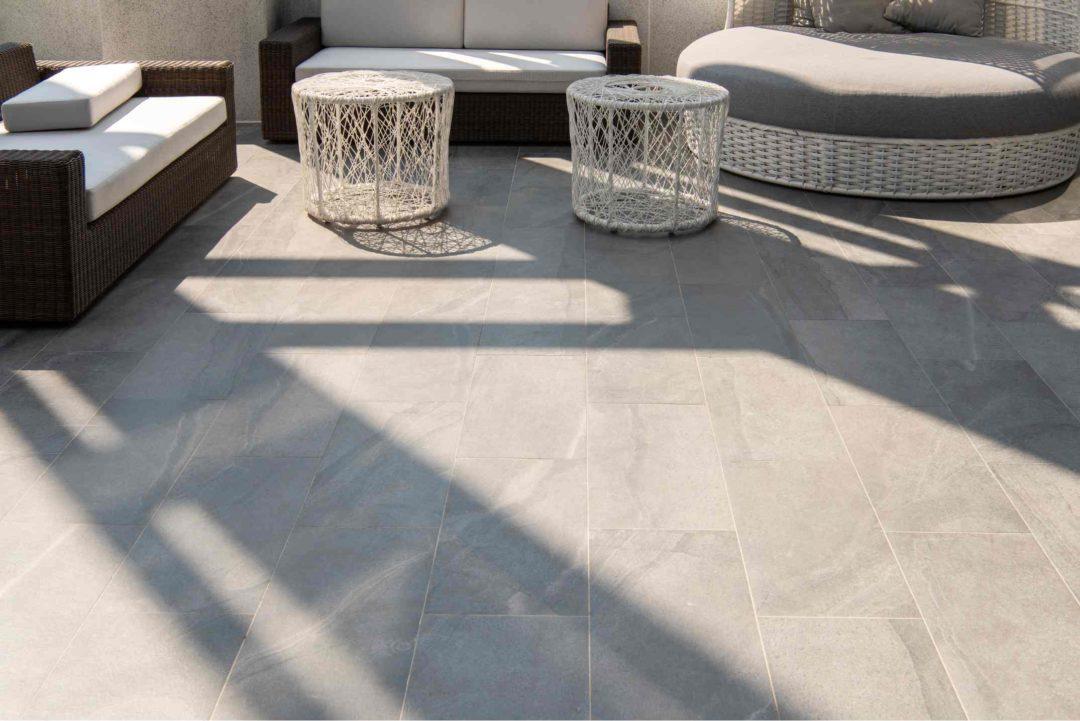 Belle terrasse avec carrelage extérieur et mobilier design