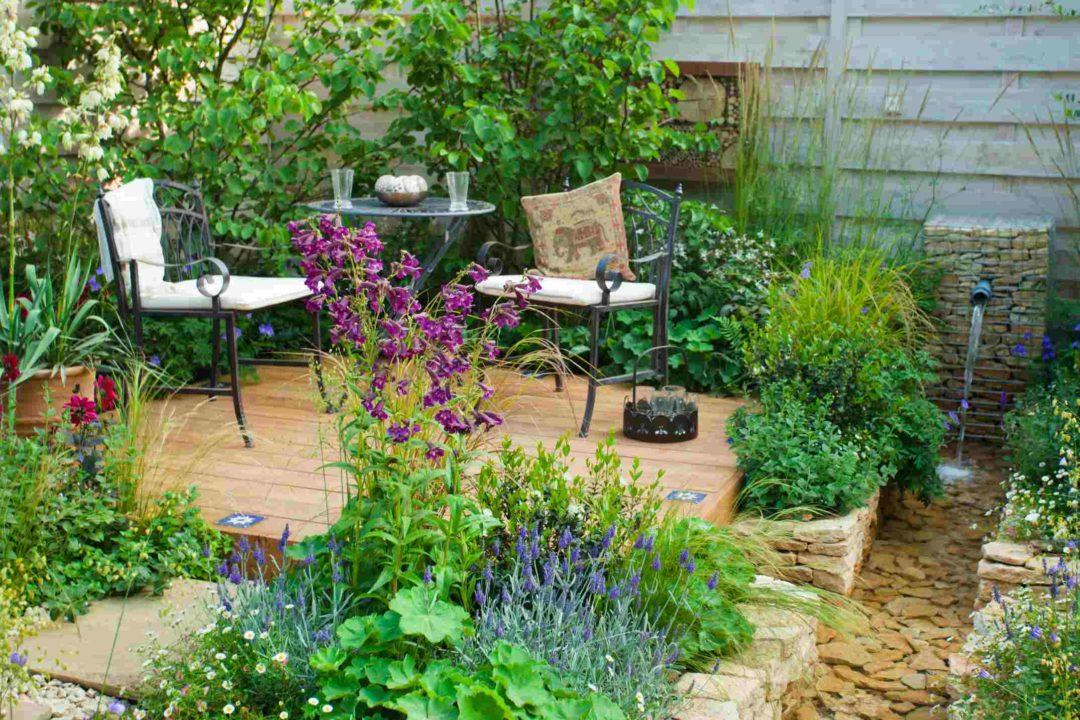 Espace détente dans une cour ou un jardin avec design tendance industriel
