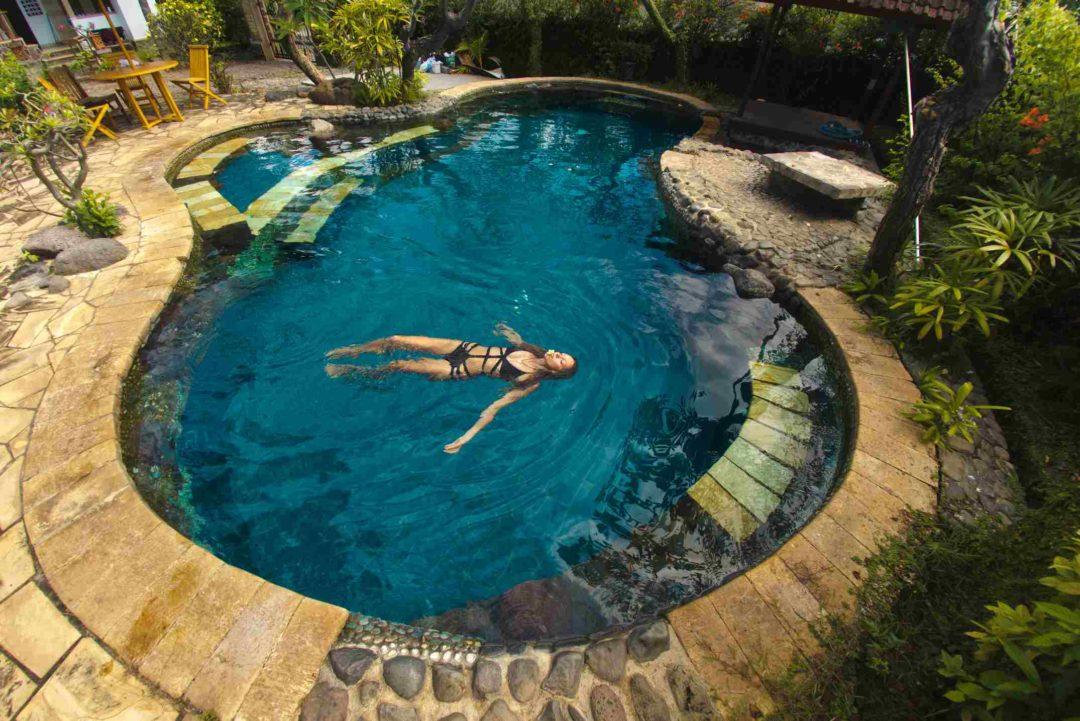 Belle piscine naturelle installée dans un jardin