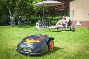 Tondeuse-robot évoluant dans un beau jardin