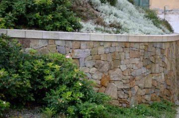 Un mur de soutènement habillé de pierres
