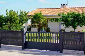 Belle maison avec un portail coulissant moderne