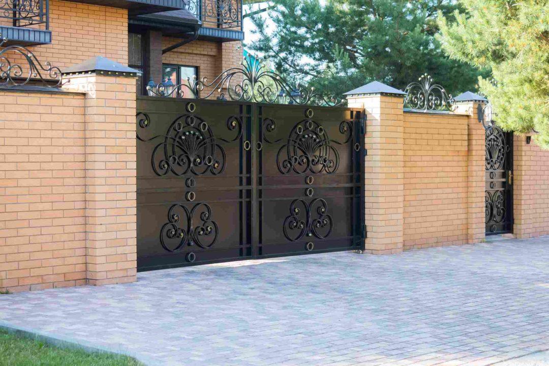 Beau portail en acier et fer forgé d'une maison cossue