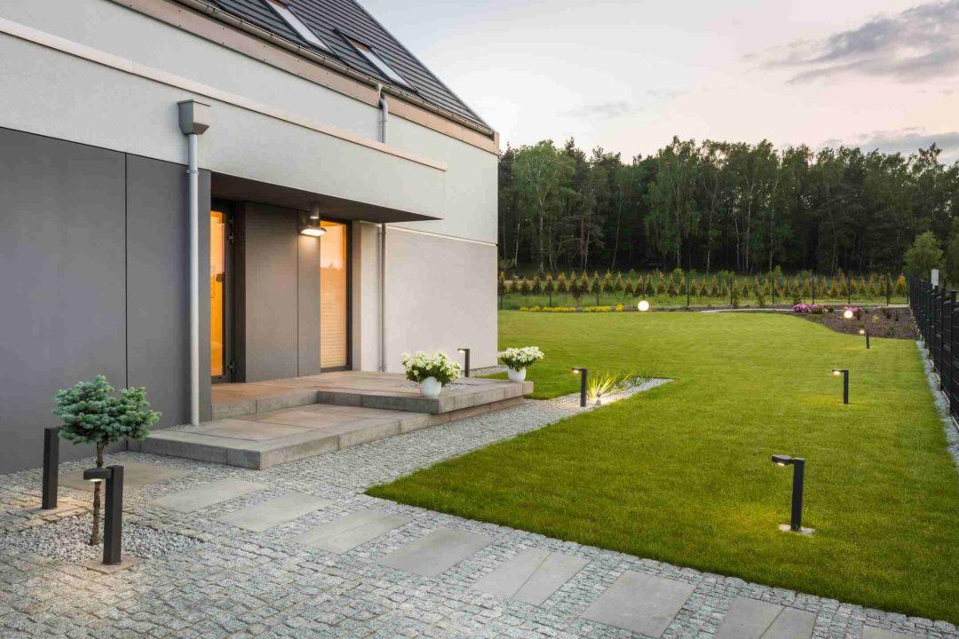 Beau et grand jardin d'une maison bénéficiant d'un éclairage moderne