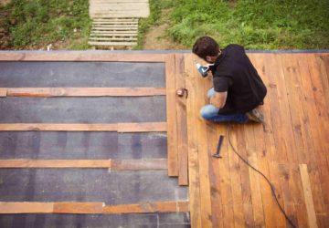 Un artisan réalise une terrasse en bois