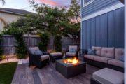 Cour de maison ou espace jardin aménagé de façon cosy avec brasero