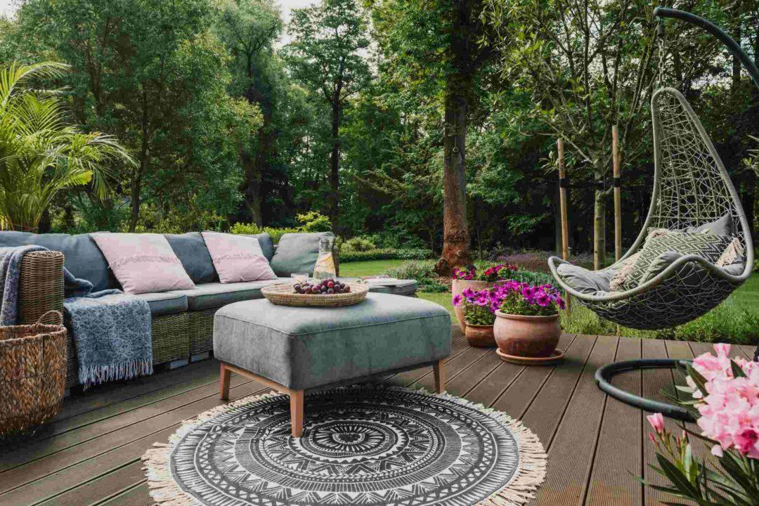Décoration à inspiration scandivane sur la terrasse d'un jardin