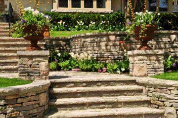 Bel escalier en pierre naturelle dans un beau jardin