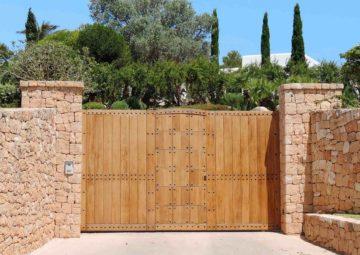 Beau portail en bois à l'entrée d'une propriété
