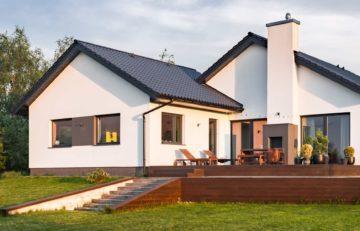 Belle maison et sa terrasse sur un terrain en pente