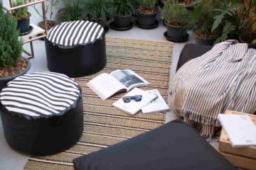 Un espace cosy pour un jardin d'hiver avec mobilier et plantes