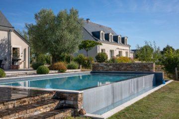 Piscine à débordement avec tour de piscine en bois