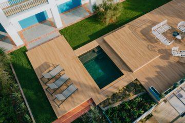 Dalles et terrasse en bois autours de la piscine