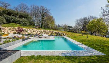 Tour de piscine en pierres naturelles et aménagement végétal