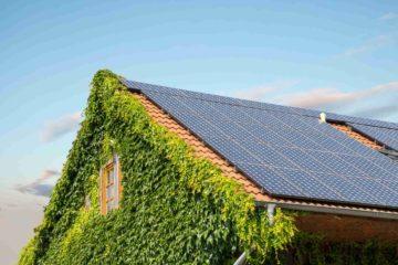 Une belle maison avec sur son toit des panneaux solaires pour produire son électricité